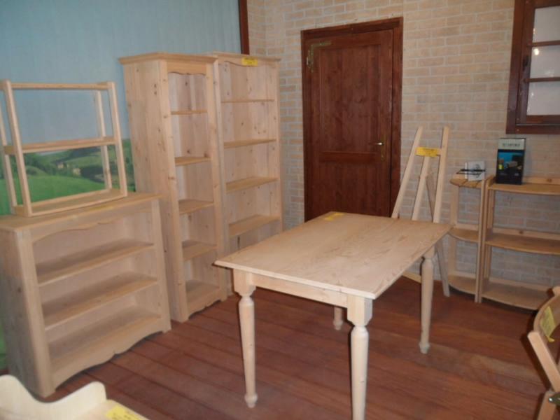 ... del negozio i mobili in abete massello sono in esposizione permanente